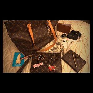 Inside Lesley's bag!